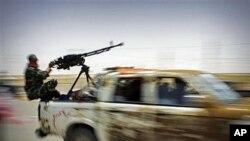 图为利比亚武装反叛人员7月19日加速前往石油重镇布雷加