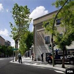 Petugas keamanan menjaga ketat Kedutaan Besar AS di Madrid, Senin (2/5).