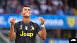 L'attaquant portugais de la Juventus, Cristiano Ronaldo, après avoir raté un tir lors du match contre l'AC Chievo au stade Marcantonio-Bentegodi de Vérone, le 18 août 2018.
