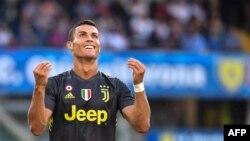 L'attaquant portugais de la Juventus, Cristiano Ronaldo, après avoir raté un tir lors du match de football contre AC Chievo au stade Marcantonio-Bentegodi de Vérone, le 18 août 2018.