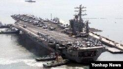 미·한 군 당국이 6일부터 서해에서 대잠수함 훈련에 돌입했다. 대잠훈련이 끝날 무렵에는 동해와 남해 일대에서 미국의 핵추진 항공모함 '니미츠호'(9만7천t급)가 참가하는 항모타격훈련이 시작될 전망이다. 사진은 미국의 핵추진 항공모함 니미츠호(9만3천t)가 지난 2008년 2월 28일 부산항에 입항하는 장면. (자료사진)