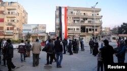 시리아 정부군이 다마스쿠스 북부 나베크 마을을 반군으로부터 탈환한 가운데, 9일 건물에 시리아 국기가 걸려있다.