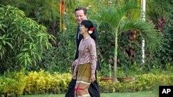 Thủ tướng Anh David Cameron và lãnh tụ đấu tranh cho dân chủ Miến Điện, bà Aung San Suu Kyi. Trong chuyến đến thăm Miến Điện Thủ tướng Cameron nói Anh sẽ bãi bỏ một số biện pháp cấm vận nước này