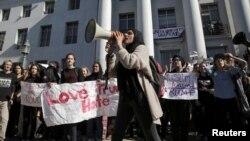Sinh viên hô khẩu hiệu biểu tình phản đối chiến thắng của ứng viên Cộng hòa Donald Trump, ở Berkeley, California, 9/11/2016.