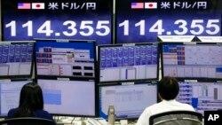 Cambistas en la bolsa de valores de Tokio. Los mercados asiáticos volvieron a caer, provocando una oleada de ventas de bienes del sector bancario.