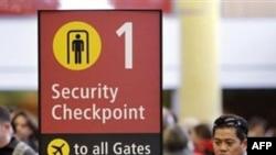 Hành khách xếp hàng chờ kiểm tra an ninh tại phi trường ở thành phố Seattle, Hoa Kỳ