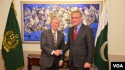 امریکی سینیٹر لنزی گراہم پاکستانی وزیر خارجہ سے مصافحہ کر رہے ہیں
