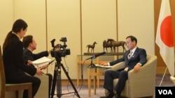 日本内阁官房长官菅义伟在东京接受美国之音记者赫尔曼专访(2013年2月4日)