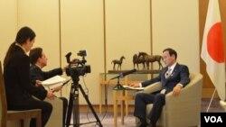 日本内阁官房长官菅义伟在东京接受美国之音专访(资料照片)