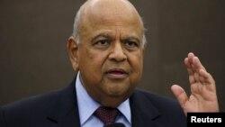 Le ministre des Finances Pravin Gordhan réagit lors d'une conférence de presse à Johannesburg, Afrique du sud, le 14 mars 2016.