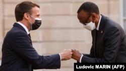 Perezida Emmanuel Macron w'Ubufaransa aramukanya na Perezida w'u Rwanda Paul Kagame