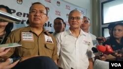 Wakil Ketua Badan Pemenangan Nasional (BPN) Prabowo Subianto-Sandiaga Uno, Priyo Budi Santoso (kiri) dan Direktur Program Tim Kampanye Nasional Jokowi-Ma'ruf, Aria Bima. (Foto: Ahmad Bhagaskoro/VOA)