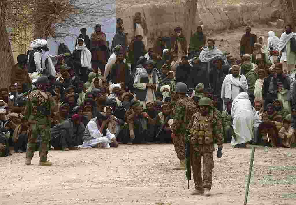 Soldados del ejército nacional de Afganistán vigilan la base estadounidense en el distrito de Panjwai.
