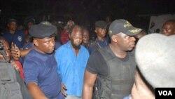 Ne Mwanda Nsemi, leader de Bundu dia Kongo, entouré par les policiers, Kinshasa, le 4 mars 2017