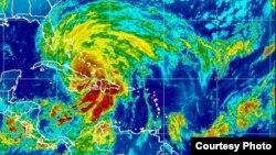 """10月25日""""桑迪""""飓风在加勒比海的位置(美国国家海洋和大气管理局的卫星照片)"""