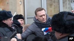 Nhà lãnh đạo đối lập Alexei Navalny, giữa, bị cảnh sát câu lưu ở Moscow, Nga, ngày 28 tháng 1, 2018