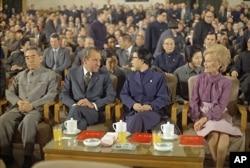 1972年2月28日,上海,中国总理周恩来和毛泽东夫人江青陪美国总统尼克松和夫人观看文艺演出。坐在江青后面的戴眼镜者是郭沫若。