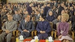 1972年2月28日,中國總理周恩來和毛澤東夫人江青在上海陪美國總統尼克松和夫人觀看文藝演出
