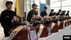 Oficiales en una ceremonia por las víctimas de grupos armados en Colombia.