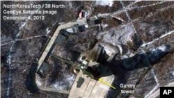 Foto satelit yang diambil oleh GeoEye dan dirilis oleh North Korea Tech dan 38 North ini menunjukkan aktivitas di fasilitas peluncuran roket di Tongchang-ri, Korea Utara (Foto: dok). Pejabar pemerintah Korea Selatan mengabarkan bahwa para teknisi mulai membongkar roket tiga-tahap Korut untuk perbaikan, Senin (10/12).