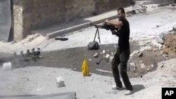 Sirijski pobunjenik u napadu na vladine snage u Alepu, 1. septembar 2012.