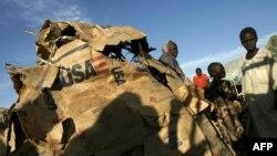 Bakima bitumba ya Sudan ya Sudi pene na hema etongami na ba saki ya lisungi lya USAID, na camp ya Otash, na Nyala, Sudan , 7 décembre 2004.