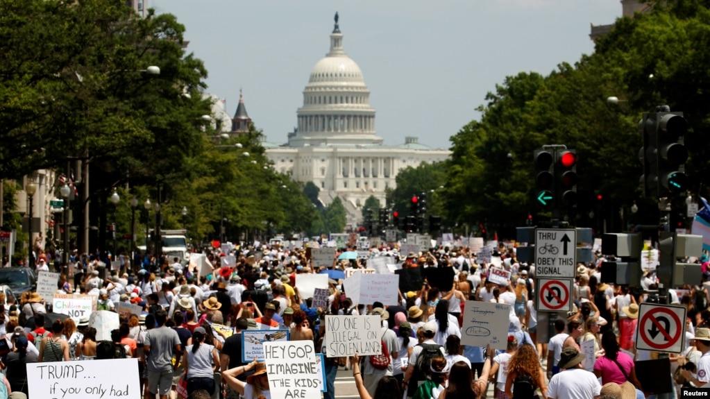 移民問題活動人士在華盛頓抗議川普行政當局的移民政策(2018年6月30日)