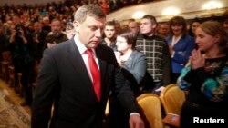 자칭 도네츠크인민공화국 수반으로 취임한 알렉산드르 자하르첸코 당선자가 4일 선서식을 위해 행사장으로 들어서고 있다.