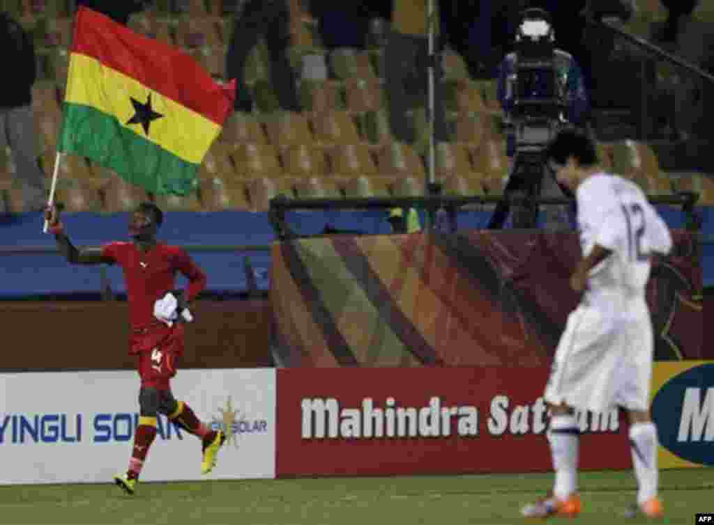 Джон Пансил (Гана), слева, празднует победу Ганы в матче с США на стадионе в Рустенбурге, Южная Африка. Суббота, 26 июня, 2010г. Гана выиграла 2:1, выйдя в ¼ финала ЧМ (Фото АП / Ребекка Блаквелл)