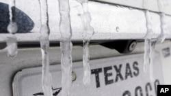 Tetesan air yang membeku di bagian belakang kendaraan, di Houston, Texas, Senin, 15 Februari 2021.