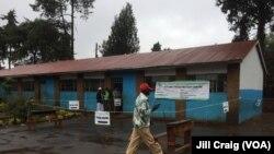 肯尼亚在一所小学设的投票站