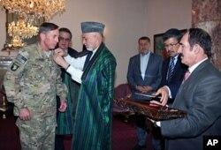 Le président afghan Hamid Karzai décorant le général Petraeus