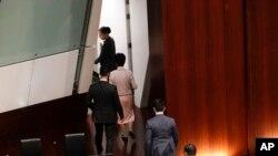 香港特首林郑月娥(从上至下第二人)在发表新一年度施政报告时受到民主派议员的抗议,林郑避席。(2019年10月16日)