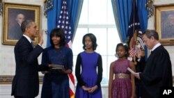 រូបឯកសារ៖ លោកប្រធានាធិបតីបារ៉ាក់ អូបាម៉ា ស្ត្រីទីមួយ Michelle Obama និងកូនៗរបស់លោក នៅថ្ងៃលោកស្បថចូលកាន់តំណែងកាលពីឆ្នាំ២០១៣នៅសេតវិមាន។