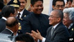 Cambodian King Norodom Sihamoni, second from left, accompanied by his Queen Mother Monineath, right, greets Prime Minister Hun Sen, left, upon arrival from Beijing at Phnom Penh International Airport, file photo.