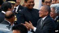 Cambodian King Norodom Sihamoni, second from left, accompanied by his Queen Mother Monineath, right, greets Prime Minister Hun Sen, left, upon arrival from Beijing at Phnom Penh, file photo.