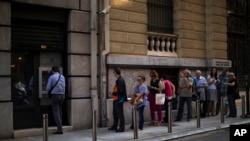 صف شهروندان یونانی برای دریافت پول از دستگاه های خودپرداز بانک در مرکز آتن - ۱۲ تیر ۱۳۹۴
