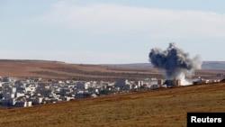 20일 시리아-터키 접경 지역 수루크에서 바라본 코바니에서 연기가 치솟고 있다.