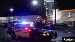 Polisi dan kendaraan darurat di mal Clackamas Town Center di Portland, tempat terjadi penembakan. (Reuters/Steve Dipaola)