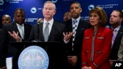 Mick Cornett (ante el podio), alcalde de Oklahoma City y presidente de la asociación, dijo en conferencia de prensa que la resolución fue adoptada por consenso y de manera bipartidista.
