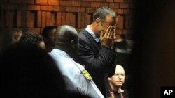 15일 살인 혐의로 법정에 나온 남아프리카 의족 육상선수 오스카 피스토리우스가 얼굴을 감싸고 있다.