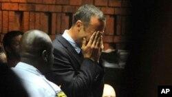 Bintang olimpiade, Oscar Pistorius menangis di pengadilan Pretoria, Afsel (Jumat 15/2), saat mendengarkan tuntutan tim jaksa.