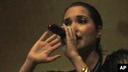 """นักร้องสาวจากมอรอคโคสนับสนุนการปฏิวัติของประชาชนในอียิปต์ด้วยเพลง Rap """"Back Down Mubarak!"""""""