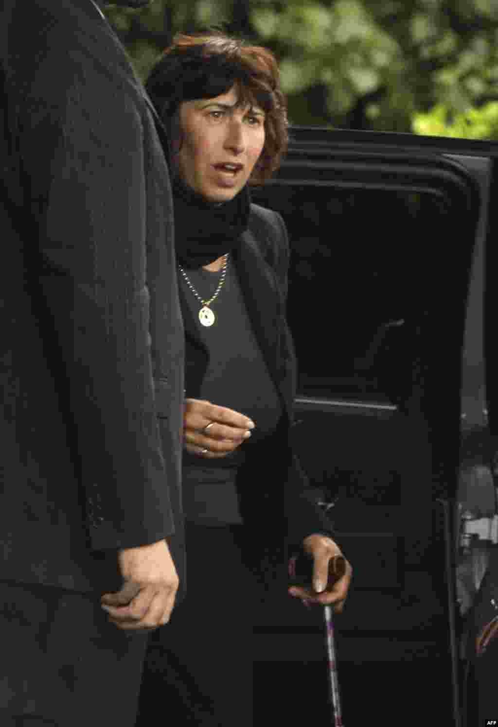 Мать певицы Джанис Уайнхаус на похоронах