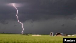 Una tormenta pasa cerca de Clearwater, Kansas.