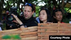 Sutradara Hollywood Livi Zheng (tengah) saat penggarapan film 'Insight'.