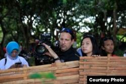 Sutradara Hollywood Livi Zheng saat penggarapan film 'Insight'.