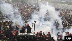 Malezijska policija baca suzavac na aktiviste koalicije Bersih tokom današnjih demonstracija u Kuala Lumpuru