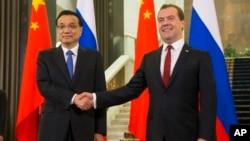中國總理李克強和俄羅斯總理梅德韋杰夫出席了中俄合作協議簽字儀式(2014年10月13日)