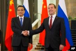 中国总理李克强和俄罗斯总理梅德韦杰夫出席了中俄合作协议签字仪式(2014年10月13日)